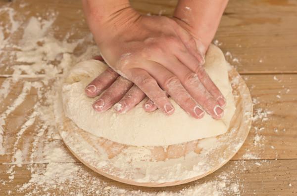Forma degen varsamt med händerna.