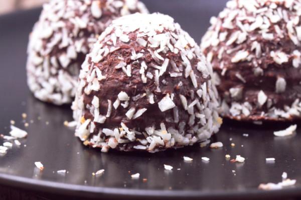 Pyöritä pallot sokerissa tai kookoshiutaleissa